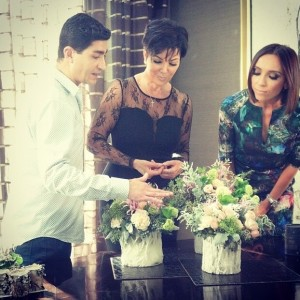 Eddie speaks with Kris Jenner and Giuliana Rancic about creating the perfect holiday arrangement on E! News.